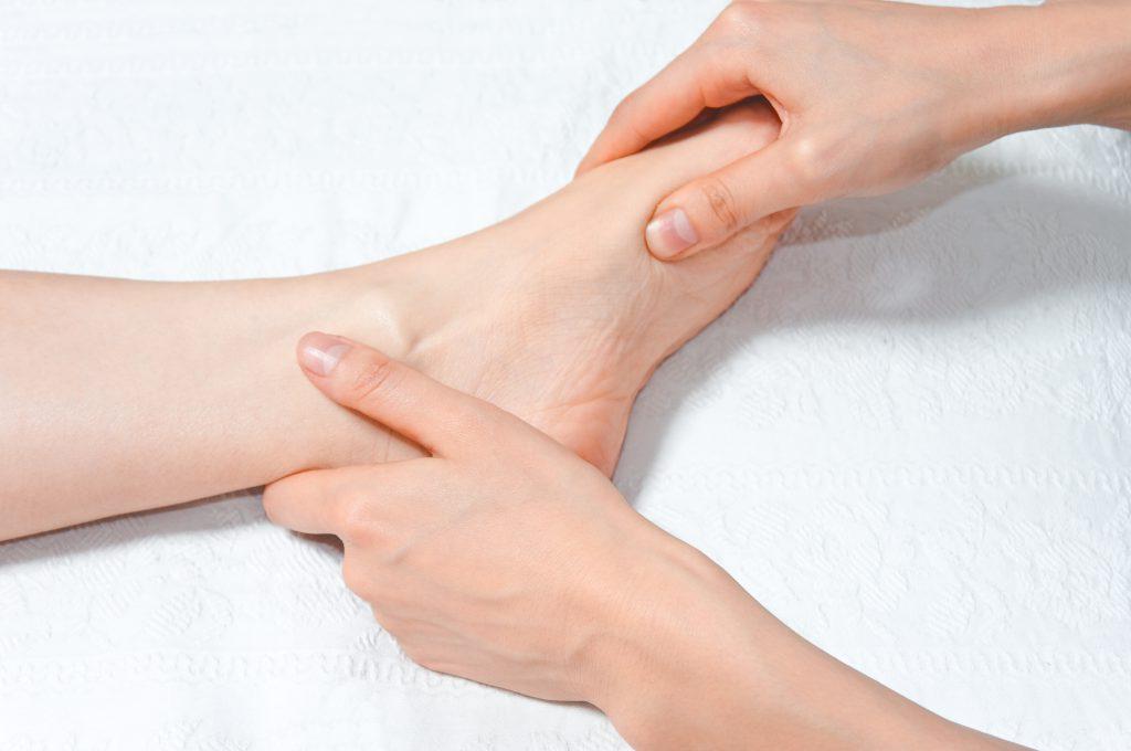 足に対する施術の様子